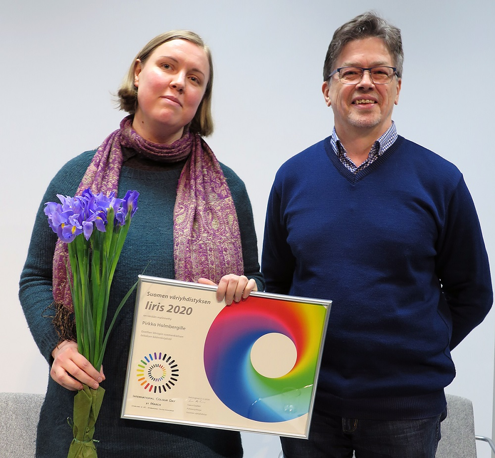 Pirjo Holmberg håller årets 2020 Iiris-pris. Harald Arnkil står bredvid.