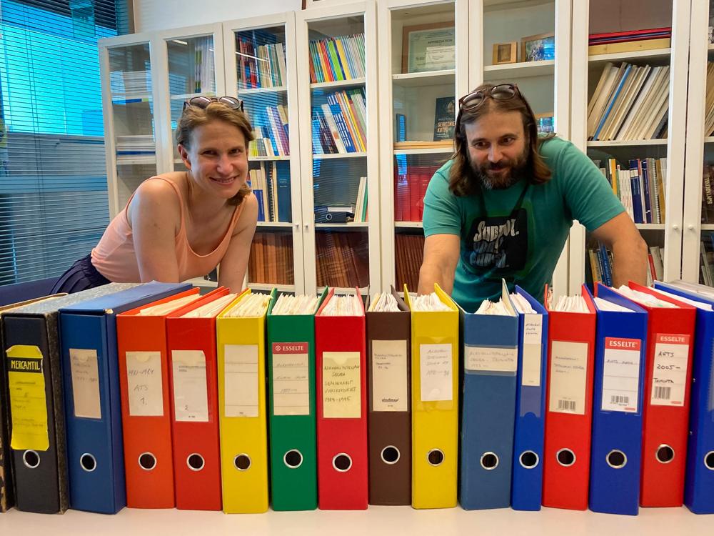 Jenni Savonen och Teemu Kaskela synar AHR:s arkivmappar.