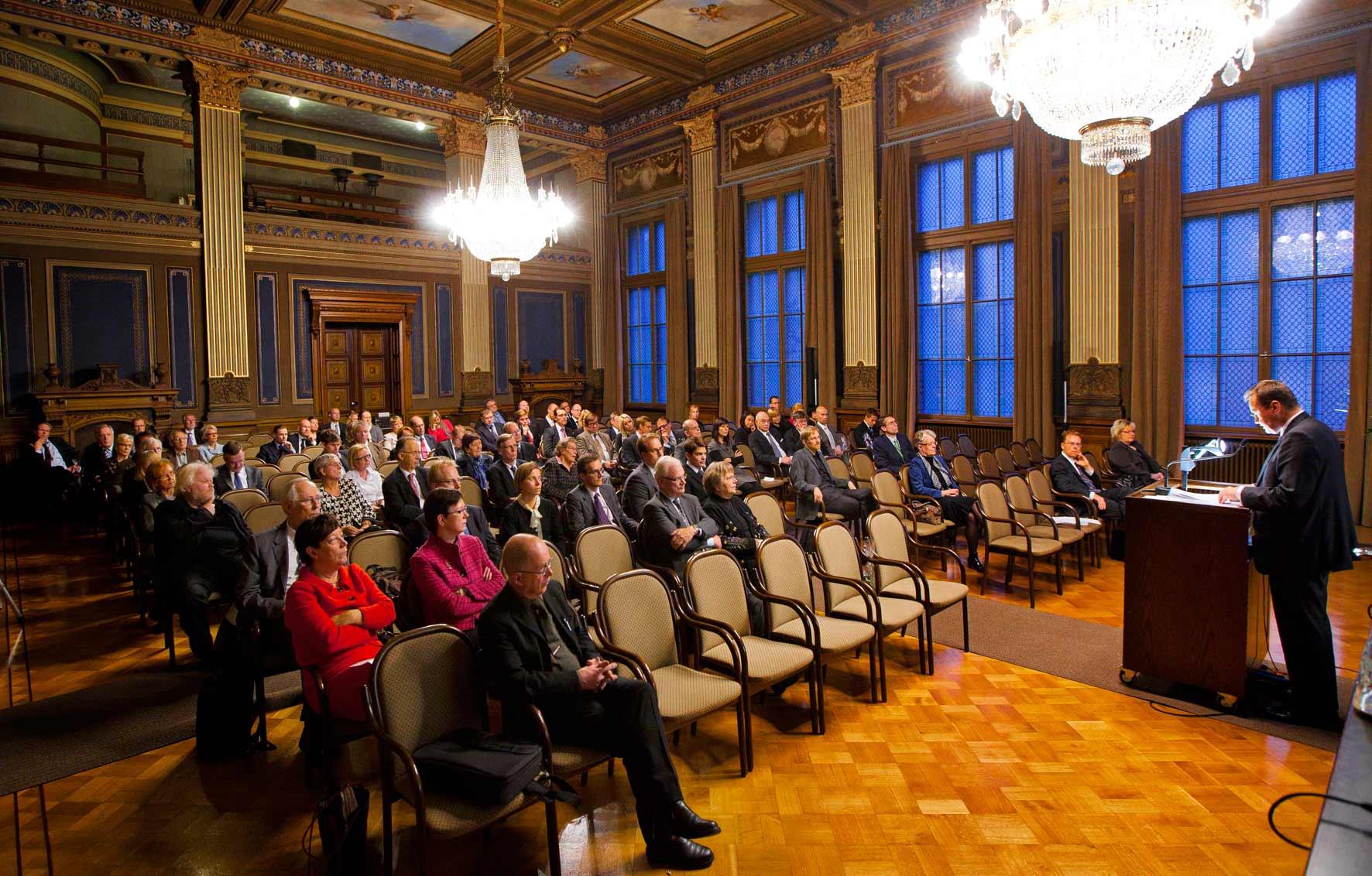 Yleisö seuraa Oikeuskulttuurin päiviä Säätytalossa vuonna 2010 ja puhujana Niilo Jääskinen (oik.).