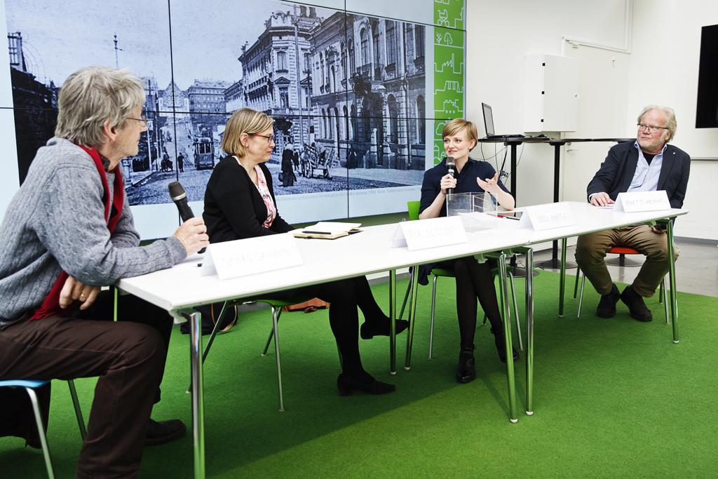 Paneelikeskustelu pöydän ääressä Helsingin Kaupunkisuunnitteluviraston Kaupunkimessuilla toukokuussa 2017.