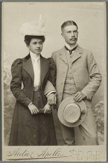 Kuvassa seisovat vierekkäin Olly ja Uno Donner.