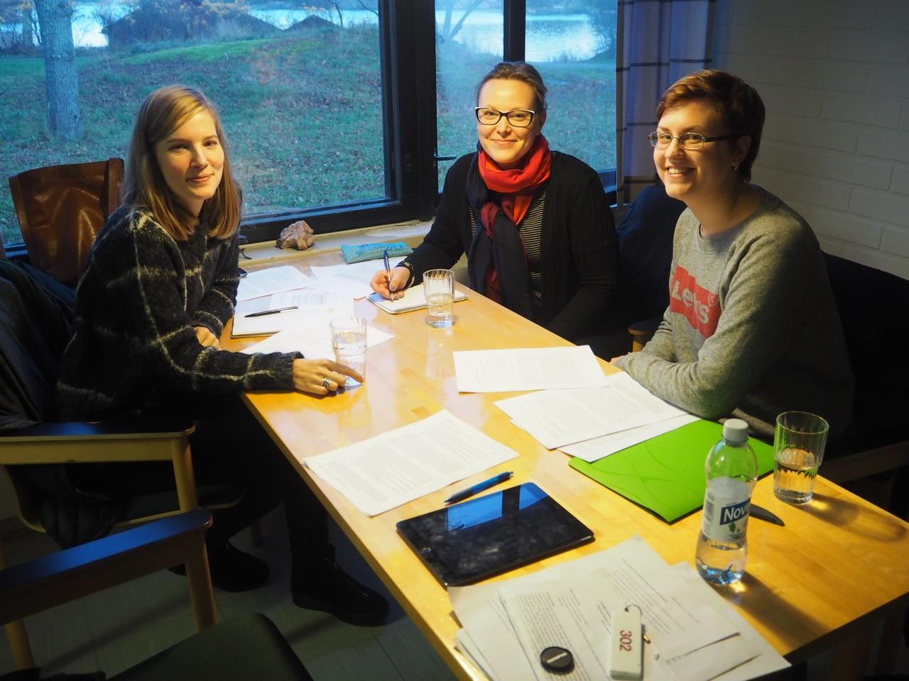 Naiset istuvat pöydän ääressä pitämässä työpajaa Tvärminnessä vuonna 2017.