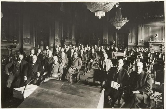 Vanha kuva, jossa miehiä Säätytalon salissa.