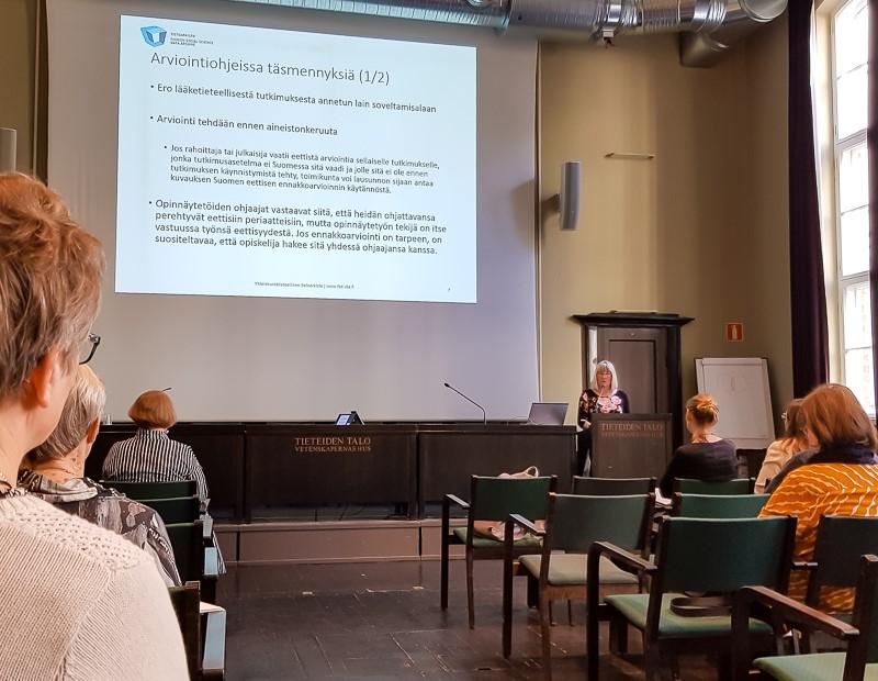Arja Kuula-Luumi puhuu esiintymisaitiossa.