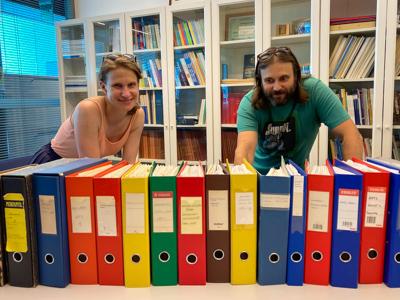 Seuran sihteeri Jenni Savonen ja pitkäaikainen hallituksen jäsen Teemu Kaskela tarkastelevat AHR:n arkistomappeja.