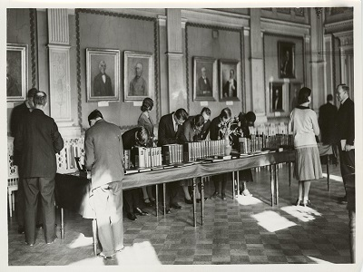 SKS:n kokoussalissa Vuosisata-muistojen -näyttely vuonna 1931.