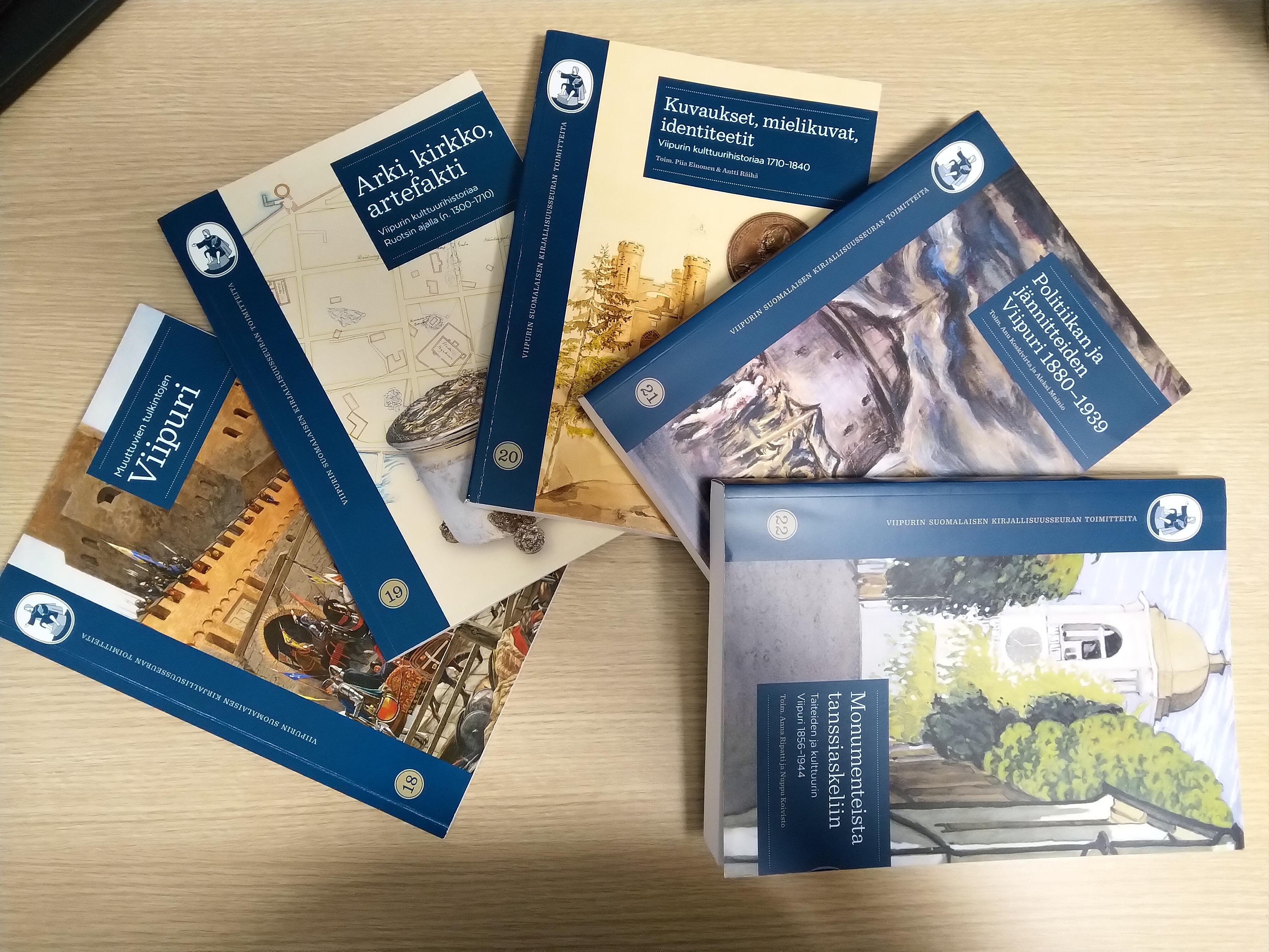 Pöydällä viisi julkaisua Viipurin Suomalaisen Kirjallisuusseuran Toimitteita -sarjasta.