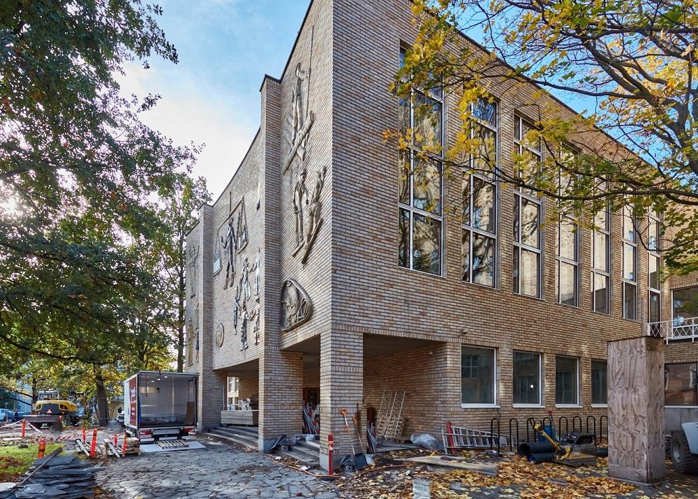 Aalto Töölön rakennus, edustalla työmaavälineitä.