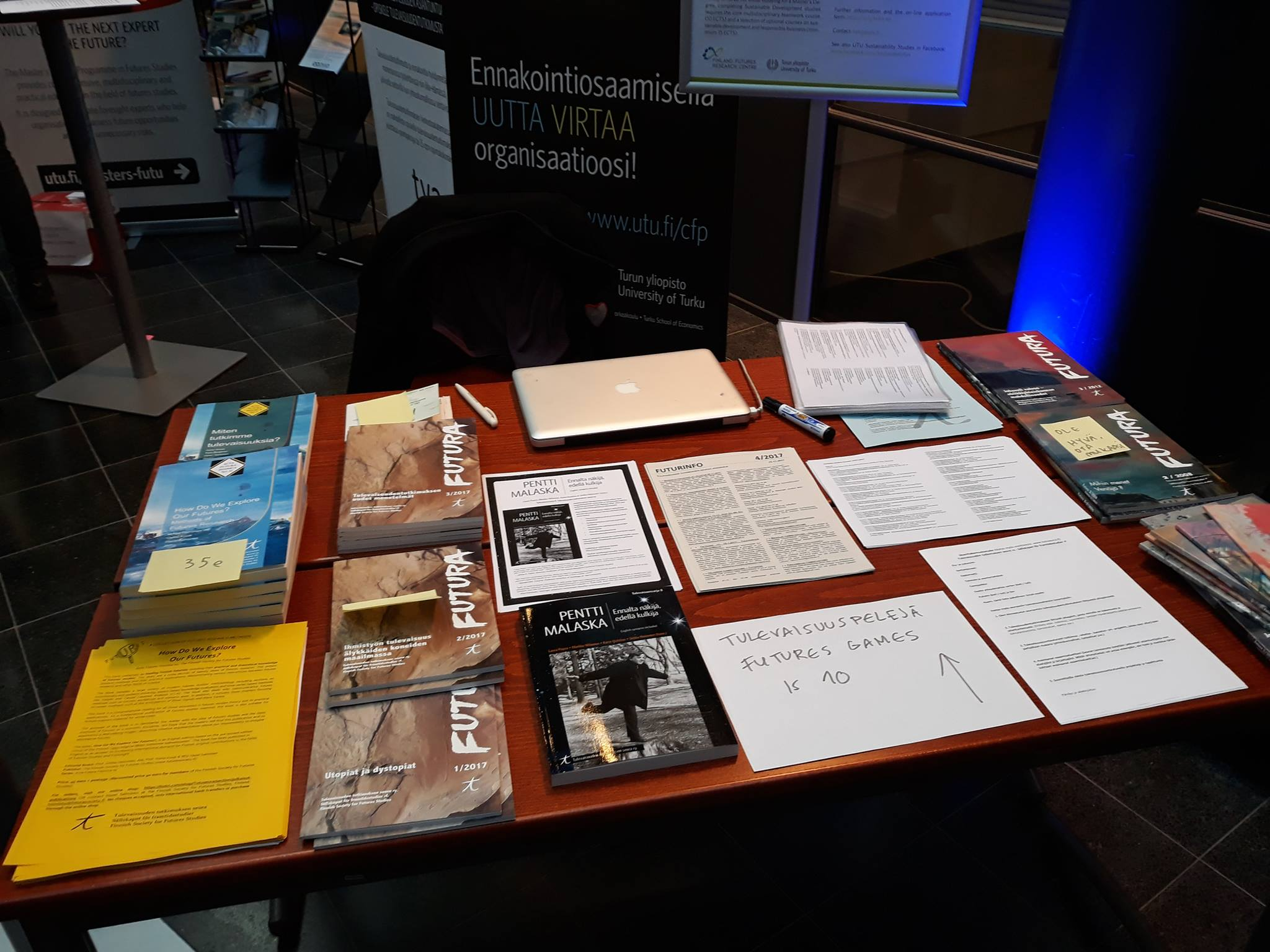 Pöydällä esillä Tulevaisuuden tutkimuskeskuksen julkaisuja Tulevaisuusmessuilla vuonna 2018.