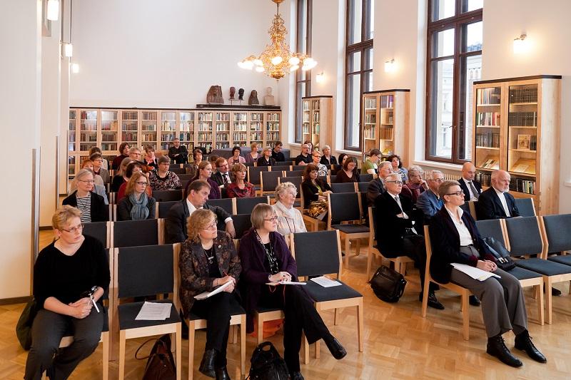 Yleisö seuraamassa tilaisuutta Suomalaisen Kirjallisuuden Seuran juhlasalissa.