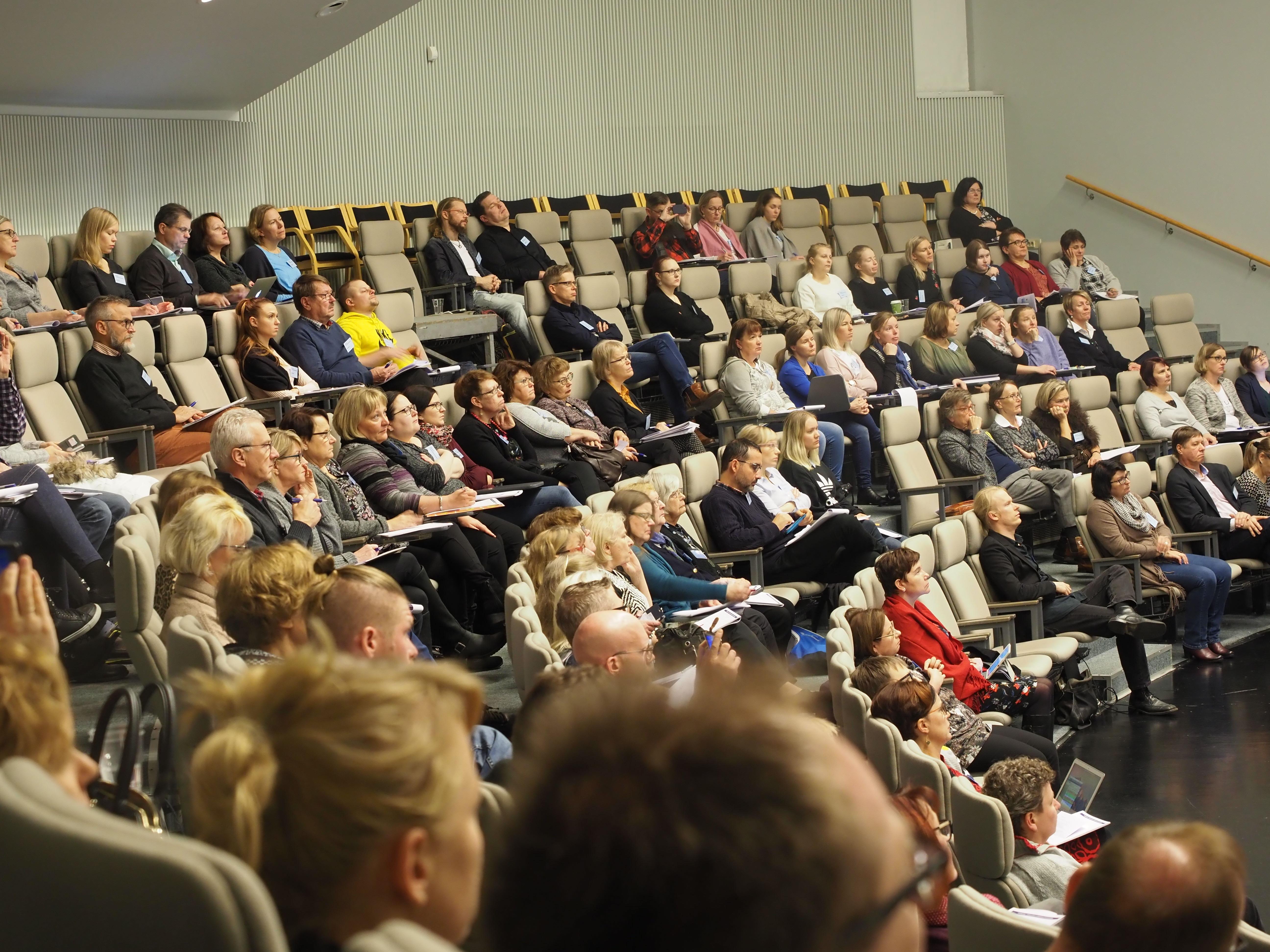 Yleisö kuuntelemassa esitystä.