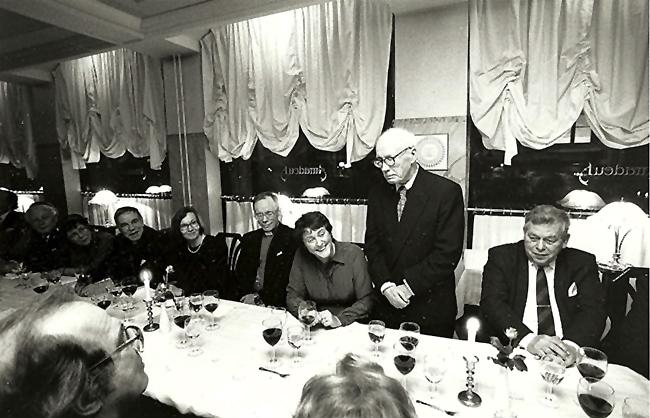 100-vuotissymposiumin juhlaillalliselle osallistuvia Helsingissä 1991.