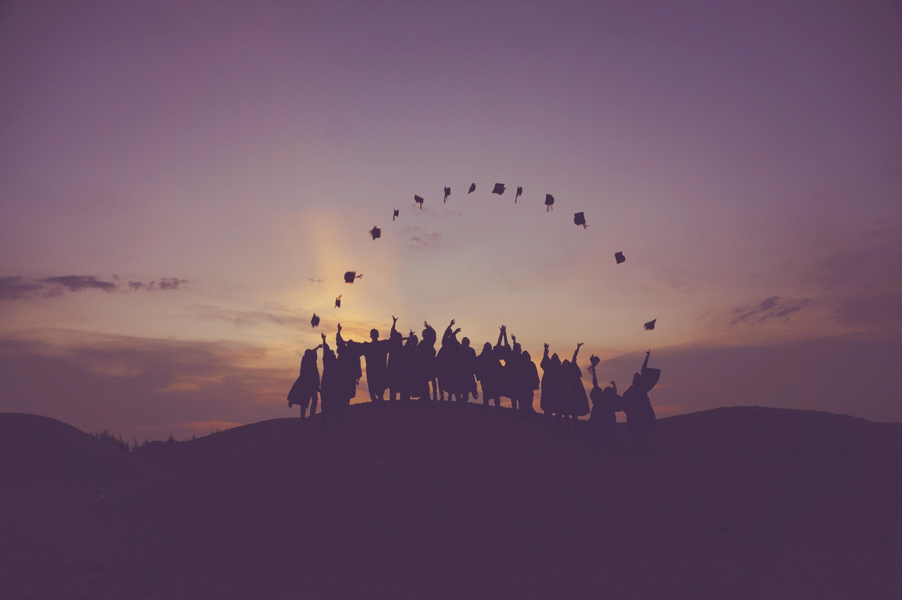 Artikkelin kuvituskuvassa valmistuvia yliopisto-opiskelijoita.