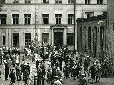 mustavalkoinen kuva Tieteiden talon sisäpihasta, jossa lapset leikkii.