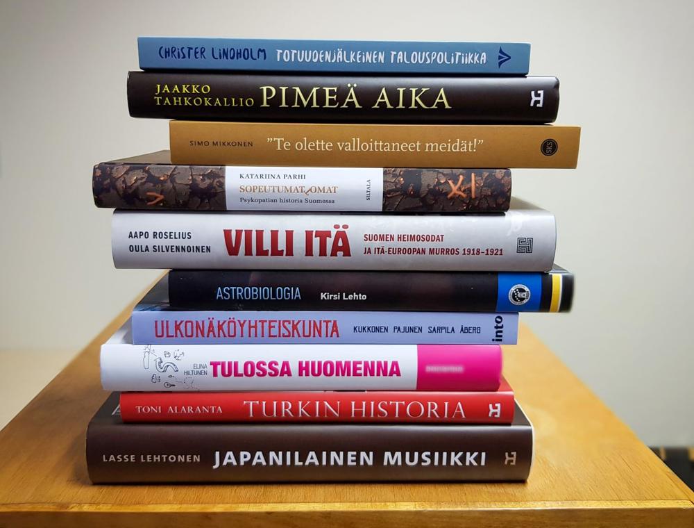 Pino kirjoja, joiden kyljestä on luettavissa kunkin teoksen nimi.